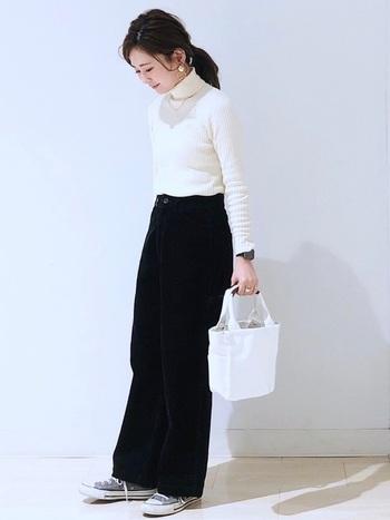 シンプルな白のタートルネックにはゴールドのネックレスだけで、女性らしさをぐんと高めることができます。足元はスニーカーで抜け感を。