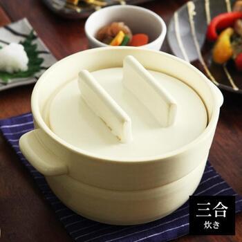 コロンとした形が愛らしいこの土鍋。蒸気の抜け穴がないのでしっかり蒸せて、ごはんがふっくらツヤツヤになるのが特徴。電子レンジにも対応していて、そのまま温め直しができるのも嬉しい特長。