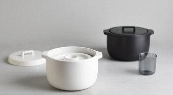 和洋どちらにも合わせやすい質感と色で、食卓にそのまま出せるモダンなデザインの土鍋です。遠赤外線効果によって芯までやわらかく火を通すので、ごはんがふっくらと炊き上がりますよ。