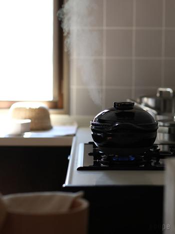 米炊き専用の土鍋で難しい火加減の調整をしなくても、ふきこぼれる心配がありません。伊賀の土を使って伊賀の職人が1点1点手挽きする真面目で無骨な土鍋です。職人さんはこの土鍋の大ヒットで家にほとんど帰れないそうですよ。