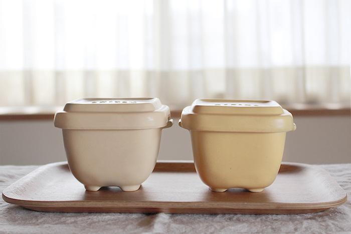 ごはんを一膳分ずつ保存できる万古焼(ばんこやき)の容器です。陶器は多孔質のため、保存時に余分な水分を吸収し、温め直す時にその水分を放出するという特性があります。この調湿機能によって、ごはんの鮮度が保たれます。