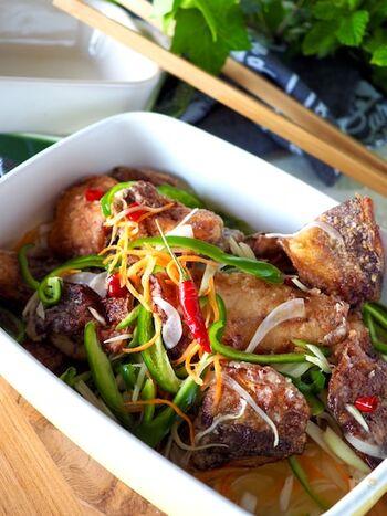 唐揚げにしたアジと甘酢、シャキシャキの野菜は最高の組み合わせです。ごはんに1回バウンドしてから食べたいですね。普段は家族に不評な魚と野菜もこれならパクパク食べてくれるかも。