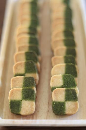 アイスボックスクッキーは、生地を棒状にして冷凍庫や冷蔵庫で冷やし固め、包丁等でスライスしてから焼きます。棒状の生地を包丁でカットするだけで簡単に形成できるので、初心者さんでも簡単に作れることも、人気の理由の一つです。