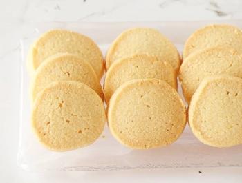包丁などでカットするので、厚みのあるクッキーも簡単に形成できます。そして気になる食感はサクサクほろほろ♪アイスボックスクッキーなら、見た目も厚みがあり豪華で食感が良いクッキーに焼き上がります。