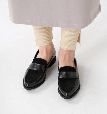 つま先が尖ったアーモンドトゥのローファーは、学生っぽさがなくスタイリッシュな足元が作れます。品のあるデザインなので、キレイめな大人スタイルに仕上げたい時のドレスアップシューズとして使いこなしましょう。
