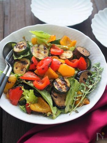 いろいろな野菜をグリルして合わせたぐリル野菜サラダは、カラフルで見栄えの良さも抜群!メイン食材の付け合わせとしても活用できるサラダです。  野菜をグリルパンで焼き付けるときは、あまり触らないようにすると、焼き目がきれいに仕上がります。しっかりと焼き目をつけることで、香ばしさもアップ。見た目と香りで食欲をそそります。