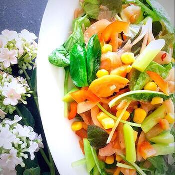 紫玉ねぎ、アスパラ、コーンに赤と黄色のパプリカを合わせたカラフルなサラダです。ベースにハーブのミックス野菜を使うことで、色合いもさらに華やかになりますし、奥行きのある味わいを実現できます。  オリーブオイルと塩にメープルシロップをちょっぴり加えることで、ほんのりとした風味の良さも楽しめます。