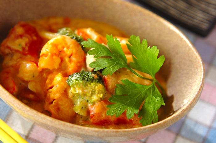 海老とトマト、カボチャ、ブロッコリーにマッシュルームと具材もたっぷりのトマトクリーム煮。トッピングにイタリアンパセリをのせて、グリーンと赤のシックな料理に仕上げています。  ひとつひとつの食材の舌触りが違うので、ひと皿でも満足感が非常に高いんですよ。ちらりとのぞくブロッコリーが赤の中で素敵なアクセントになっていますね。