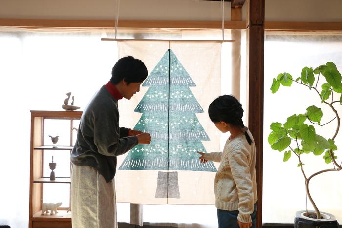 大きなもみの木が描かれたタペストリー型のクリスマスツリー。場所を選ばず飾れるのがいいですね。  まだ分別のつかない小さなお子さんやペットがいるご家庭では、床にツリーを置くと心配事が増えますが、このスタイルなら安心してクリスマスシーズンを楽しむことができます。