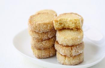 バターを使わなくても、食感がサクサクとおいしいクッキーに。少ない材料で手軽に作れるのも嬉しいポイントです。