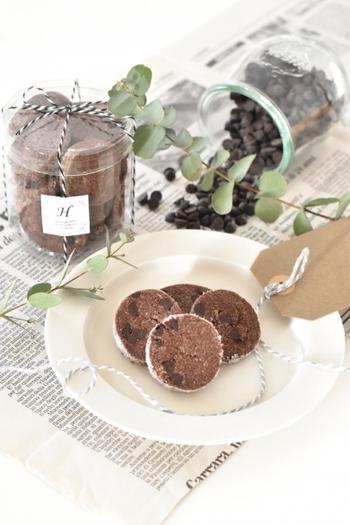 チョコレート大好きな方におすすめのココアパウダーとチョコチップで作るダブルチョコレートのクッキー。チョコ好きの方へのちょっとしたプレゼントや、バレンタインデーのプレゼントにも使えそう。