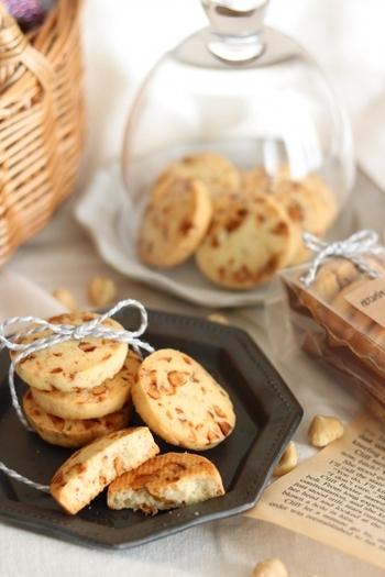 ローストしたナッツに飴がけした香ばしいキャラメルナッツ。それだけでもおいしいナッツを生地にたっぷり入れて作るクッキーは食感がよりザクザクして風味もよく、さらに、ほんのり塩味がアクセントとなり、いくらでもいただけるおいしさです。