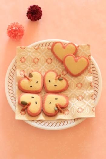 こちらはストロベリーパウダーのピンク色の生地とプレーン生地で作るハート型のクッキー。さらにアレンジすれば、かわいいりんごの形にもなり、見た目もよりキュートに。