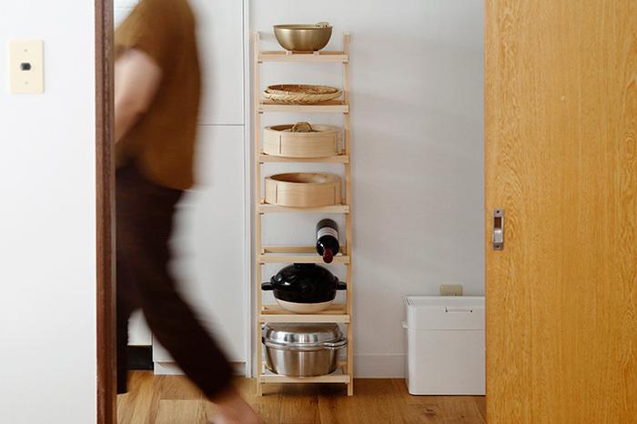 キッチンでは調理器具を収納するのに活躍します。大きなお鍋も収まりますよ♪小さいものをのせる時は、別売りのパーツを木枠に組み合わせましょう。ラックの重さは約1kgで、女性でも楽に運べます。