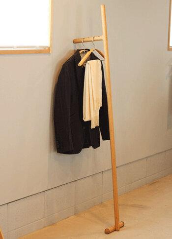 名前の通り、竹馬をモチーフにした斬新なデザインのラック。素材も竹でできており、丈夫なのが魅力です。玄関でコートやストールを掛けるのに便利。