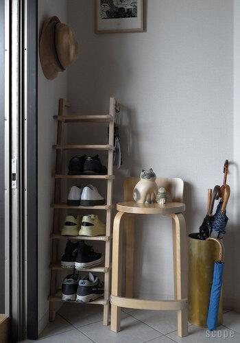 靴が下駄箱に入り切らない、いちいち仕舞うのが面倒くさい。そんな方におすすめなのがこちらのシューラックです。Lady Longは幅30cm×高さ116cmとスリムなので、狭い玄関でも置きやすいですね。