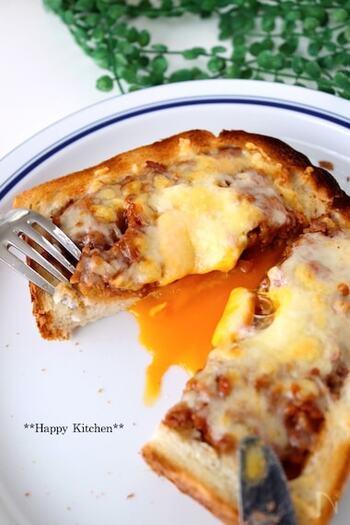 作るのが難しそうなミートパイも食パンを使えば簡単に作れます。中からとろりと流れ出る卵が最高で、やみつきになるお味です。朝食やおやつ、ランチなどいろいろな場面で活躍してくれるレシピになりそうです♪