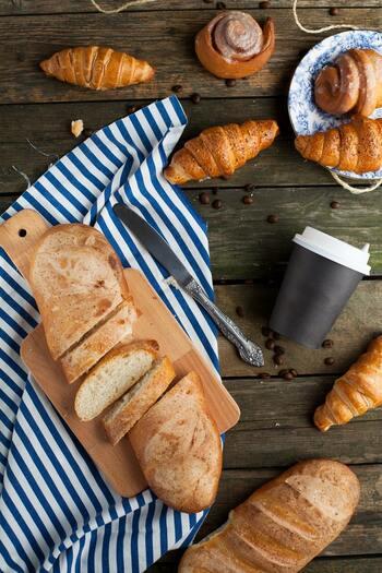 成人女性の1食の目安量としては、ご飯100~150g。一般的なご飯茶碗が1杯で約150gなので、お茶椀小~中盛りくらいです。コンビニのおにぎりなら1~1個半、パンなら食パン1枚が目安になります。