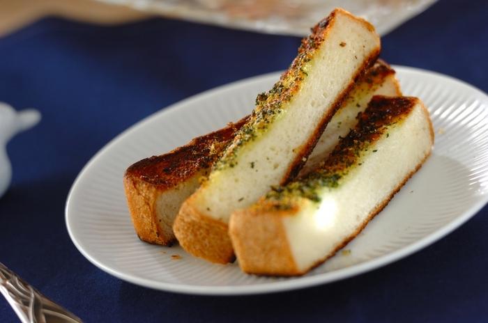 柔らかくて食べやすい「ガーリックトースト」。フランスパンで作ることが多いガーリックトーストですが、硬い食感が苦手という人も少なくないはず。でも食パンで作れば、外はサクっと中はふわっとした食感のひと味違ったガーリックトーストが楽しめますよ。