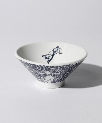 アートを感じる食器を取り入れれば、毎日の食事がより楽しみに。こちらは、グラフィックデザイナー横尾忠則の絵皿シリーズです。ビビッドな色遣いのイメージが強い作家さんですが、こちらのお茶碗はダークブルーと白の伝統的な色合いで日常的に使いやすそうですね。