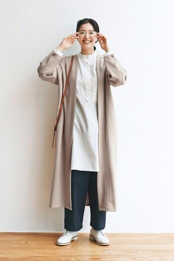 着心地の良いスウェット地のガウンコートは、カジュアルすぎずキメすぎず程よいリラクシー感でどんなときでも羽織りたくなりますね。モノトーンコーデに羽織ればシンプルなコーディネートも洗練された印象に。