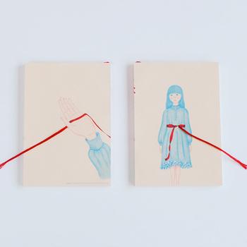 表紙に作品が印刷されている定番のものも使いやすいですし、こんな立体的な仕掛けが施されたノートもユニークで素敵ですね。 リボンは飾りだけでなくしおりとしても使えます。