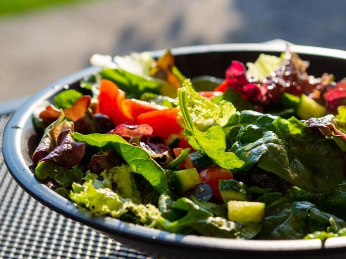 副菜は、野菜やきのこ、海藻類など、ビタミン・ミネラル・食物繊維などを補う食品が該当します。不足すると、免疫力が低下したり疲れやすくなったり、肌荒れや腸内環境の悪化などにもつながります。日本人は慢性的な野菜不足と言われているので、積極的な野菜摂取を心がけましょう。