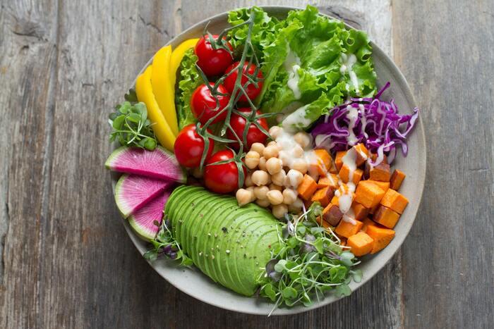 副菜(野菜)の目安量は実は分かりやすいんです!1日350g以上。1食あたりは約120g。主菜に使った野菜も合わせて良いので、メニュー次第ではもう少し量が少なくなっても大丈夫です。品数にすると小鉢1~2品くらい。