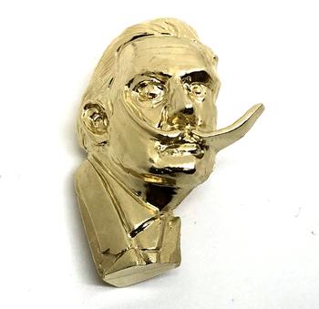 シュルレアリスムの代表的な作家、サルバドール・ダリの写真をそのままピンバッヂに。特徴的な目と髭で少し個性的なワンポイントになりそうです。