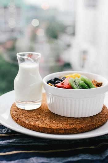 理想的なバランスの良い食事には、乳製品や果物も含まれます。乳製品はカルシウムの供給源、果物はビタミンやカリウムの供給源として必要な食品です。1日の目安量はそんなに多くないので、手軽に取り入れることができるでしょう。