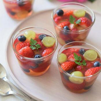 苺、ラズベリー、ブルーベリー、ぶどうとフレッシュな果物をたっぷりと使ったフルーツゼリーです。  ファンタグレープをベースとして使っているので、ゼリーの部分も深みのある色合いでとても美しいですよね。果物をぎっしり入れることで、華やかな印象に。セルフィーユをトッピングすると、エレガントな雰囲気が醸し出されます。