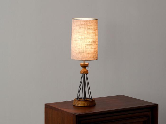 ヴィンテージ感のある家具を展開しているアクメファニチャーの人気のテーブルランプ。すっきりとしたコンパクトならランプなので、ベッドサイド等省スペースに置いて間接照明として楽しむことができます。