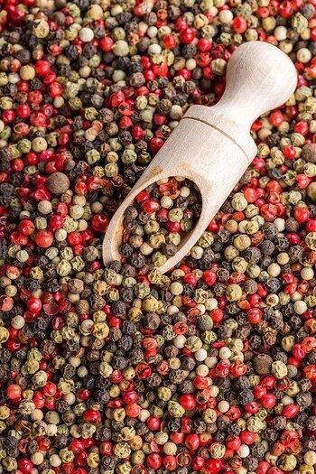 白、黒、ピンク、グリーンとカラフルで可愛らしいペッパーもトッピングにぴったりなプラス食材です。もともとは同じ胡椒の粒で、収穫の方法や加工の仕方で色合いが変わります。(ピンクペッパーのみ、違う植物のこともあります)  メーカーによって、ペッパー、ペパーなど表記の仕方が異なるものもあります。