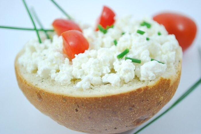 カラフルな食材に白い素材が入ると、さっと雰囲気が明るくなります。さっぱりとしたカッテージチーズやそのまま食べられる細切りチーズなどはいろいろな食材と相性がよく、ちょっぴりでも足してあげることで、コクのある美味しさをプラスできます。  また、粉チーズは常備しているおうちも多い食材の一つなので、見た目がすこし寂しいなと感じたら、さっとひと振りしてみるとお洒落なイメージに。塩気が強いので、控えめにかけるのが美味しく仕上げるポイントです。
