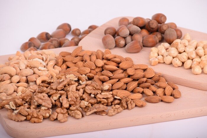 アーモンド、くるみ、カシューナッツといったナッツ類もトッピングに適した食材です。カリッとした食感のアクセントにもなり、飽きずに最後までお料理を食べる手助けとなります。  細かく砕く前に、乾煎りしてあげると香ばしさと風味がアップして、より美味しく感じますよ。