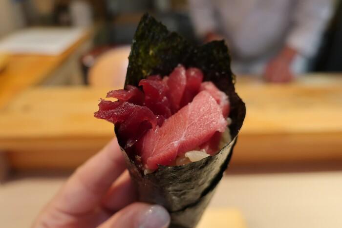 あふれるほどの具に圧倒される手巻き寿司。おいしくてお得と評判なのも納得です。