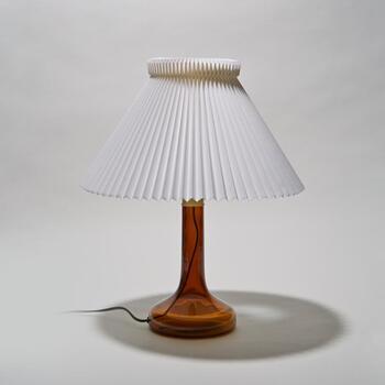 デンマークを代表する照明メーカー「LE KLINT」社のテーブルライト。こちらは1943年の創業時から販売されているモデルで、素材を変えたりしながら長くに渡って愛されているライトです。中でもこちらはアンバーカラーのガラスベースが特徴の発売当初の限定復刻モデル。末永く愛用していきたい一生モノです。