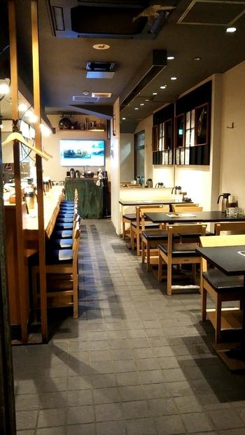 照明を落とした店内は大人の隠れ家のよう。カウンターとテーブル席があり、ひとりでも入りやすい雰囲気です。