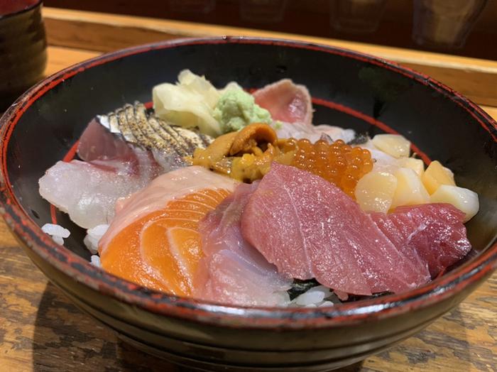 宝石箱のような「海鮮丼」も人気。200~500円でお好みのネタをトッピングすることもできるので、ちょっとリッチに贅沢な丼をいただきましょう。