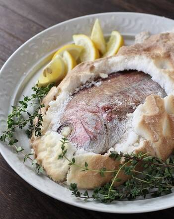 塩釜を作る時に、鯛のお腹にタイムを詰めて焼けば洋風アレンジできます。すだちの代わりにレモンを添えればおしゃれな料理に早変わり。  七五三の献立を洋食にする時は、洋風塩釜焼きを作ってみてはいかがでしょう。