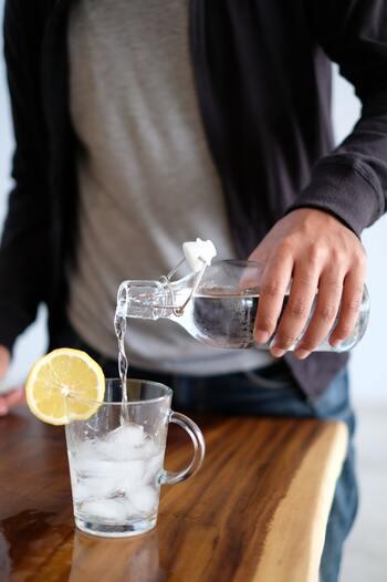 身体活動に不可欠な「水分」。言い換えれば、脳を正常に動かし、さらに活性化させるためには、水分を摂ることが効果的なのです。  実際に科学的にも、水分不足が集中力の低下や疲労感を招くことは実証済み。  また、別の実験では作業前に水分を摂るグループと摂らないグループを比較したところ、水を飲むことで記憶力や注意力が向上が見られ、集中して作業できることがわかっているのだとか。  休憩や作業の合間に、意識して少しずつ水分を補給してみましょう。