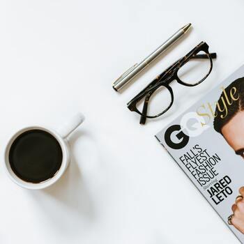 そもそも雑誌の表紙は、人の興味を惹くように作られているもの。視界に入ることで気が散ってしまったり、思わず手に取ってしまったりしやすくなります。  デスクからは見えないように雑誌をしまうのが理想。  資料として仕事の合間に使う場合などは、せめて伏せておくなどすることを心がけましょう。