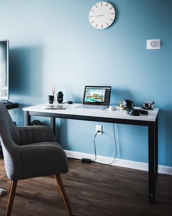 色彩心理的には、「青」は時間を短く感じさせれくれる効果があり、集中力が長時間継続しやすくなる色だと言われています。また、心身の興奮を鎮めてくれるので、落ち着いて物事に向かいやすくなります。  パソコンのスクリーンセイバーや手帳、ボールペンなど…デスク周りや文房具に青を取り入れてみてはいかでしょう?