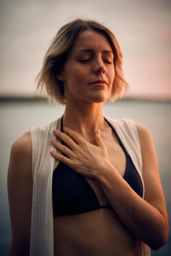 一つのことに没頭すると呼吸が浅くなりがち。意識的に酸素を脳に送って、集中力をキープする手助けをしてあげましょう。  思い切り息を吸い込んだ後、そのまま一度呼吸を止めてみて。少し苦しくなったら、次は、胸の奥の最後まで、しっかり息(二酸化炭素)を吐き切ります。息を出し尽くしたら、改めて一気に息を吸いこみます。  一度、軽い酸欠状態になった後に酸素が大量に送り込まれることで、体内の巡りが活性化し、改めて新鮮な気持ちで集中することができるでしょう。  深呼吸でも十分効果がありますが、より深い呼吸を叶えたいなら、この方法がおすすめです。