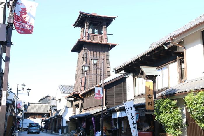 """川越のシンボル「時の鐘」は、江戸時代初期に川越城主だった酒井忠勝が現在の場所に建てたといわれています。現在の鐘楼は、明治26年に起きた川越大火の翌年に再建されたもの。昼間の凛としたたたずまいもステキですが、夕暮れ時の幻想的な姿もおすすめ。  1日4回鳴る鐘の音は、環境庁主催の「残したい""""日本の音風景100選""""」に選ばれました。"""