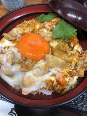 前日から煮込んだ鶏白湯スープをベースにした割り下で新鮮な鶏肉を煮込み、半熟加減で仕上げたトロトロ親子丼。味にこだわる築地の人たちも足繁く通うおいしさです。