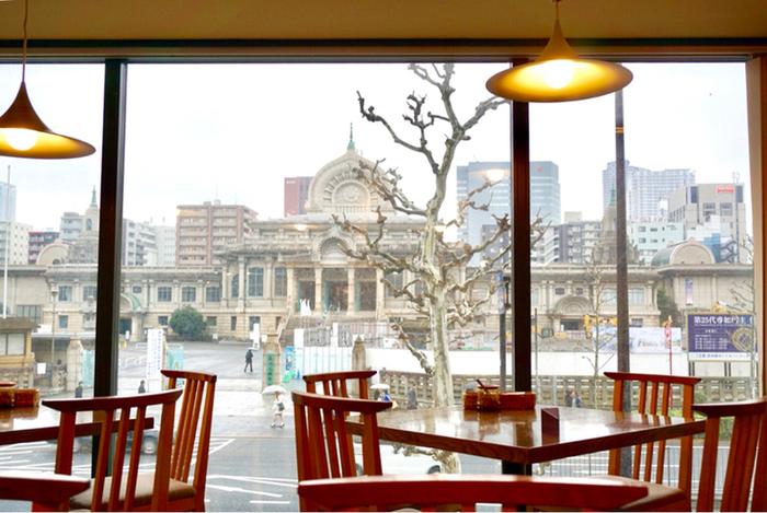 築地本願寺が一望できる2階の席。他にもテラス席やバーカウンターもあり、さまざまなシーンで楽しめます。