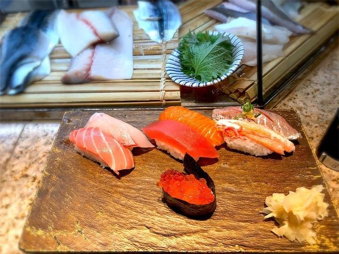 コスパ抜群と評判なのが、3丁目にある「築地 すし兆」です。江戸前寿司の「ちよだ鮨」が手がける立ち食いスタイルのお店で、握りたてのお寿司を手軽に食べることができますよ。お値段は、なんと一貫80円から。ちょっとつまみたいときにふらりと寄れるカジュアルさが魅力です。