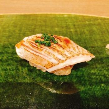 お寿司を握るのは、築地青空三代目で50年間の総親方を務める前田保衛氏と、統括板長の越中氏。プロの技を間近に見ながら、極上の味を堪能できますよ。