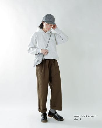 こちらはパンツスタイル。  靴下&ストラップが裾からのぞく、アンクル丈のパンツと相性抜群です。カジュアルなチノパンなども、ポリーTバーを合わせれば、かっこいいアクセントになりますね。